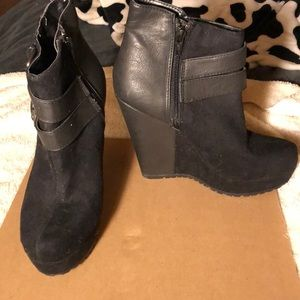 Shoes - Black ankle booties super cute